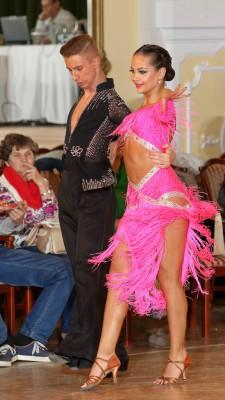 派手な社交ダンス衣装とメイク